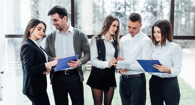 Un team aziendale di cinque persone di successo che discutono di un nuovo progetto.