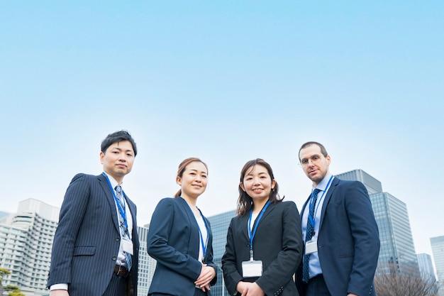 Una squadra di affari di quattro uomini e donne in giacca e cravatta