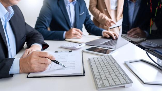 Business team investment entrepreneur trading discutendo e analizzando i dati dei grafici di borsa