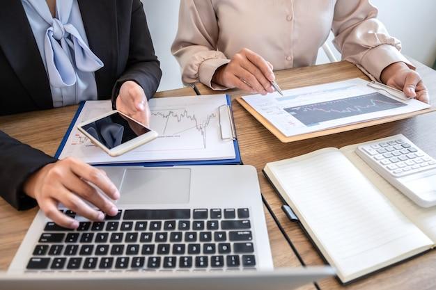 Squadra di affari sulla riunione che discute del partner alla pianificazione nel progetto di marketing commerciale di investimento