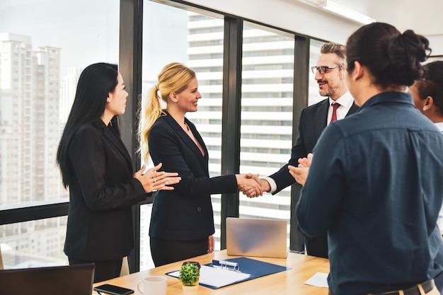 Riunione del gruppo di affari nel progetto di vendita di piallatura di lavoro di squadra dell'ufficio