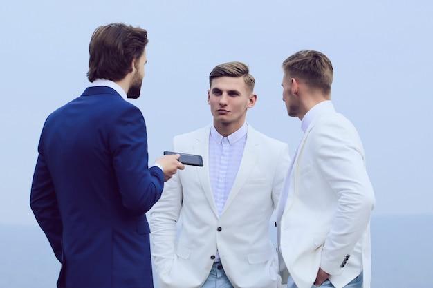 Squadra di affari. incontro e collaborazione, gruppo di uomini d'affari in abito formale che parla.