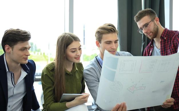 Riunione del gruppo di affari, processo di lavoro. squadra di persone che lavorano con un nuovo progetto di avvio.