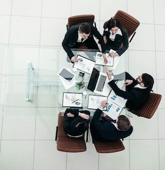 Il team aziendale e i partner commerciali affidabili si estendono in avanti han