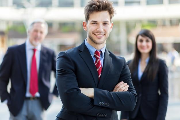 Squadra di affari che sorride all'aperto in un ambiente urbano moderno