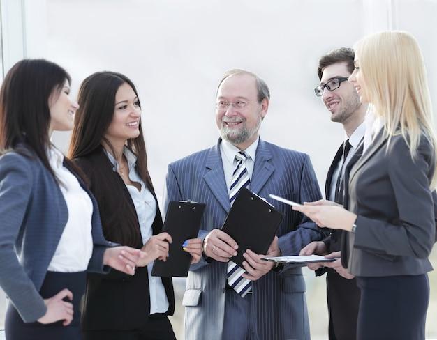Squadra di affari in piedi a parlare in ufficio.