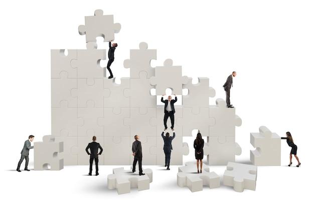 Squadra di affari che lavora per costruire un puzzle