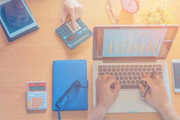 Business team che lavora su un nuovo business plan con moderno computer digitale