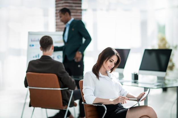 Squadra di affari che lavora a una nuova presentazione in un ufficio moderno