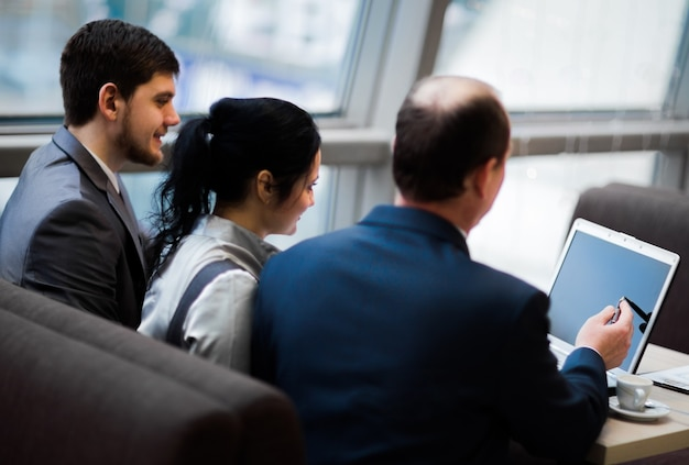 Team aziendale che lavora insieme per ottenere risultati migliori