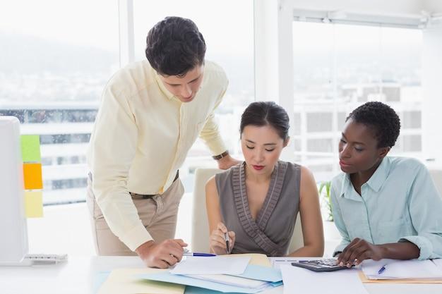Squadra di affari che lavora insieme ad una riunione