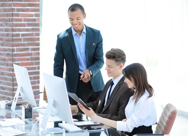Squadra di affari che lavora con i documenti in un ufficio moderno.