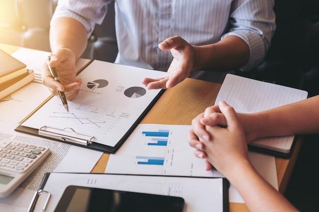 Team aziendale che lavora con il progetto. discutendo le tabelle e i grafici che mostrano il risultato