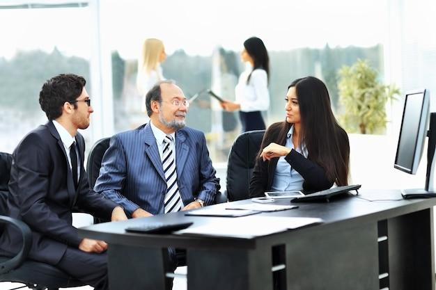 Il team aziendale lavora con i documenti finanziari in ufficio