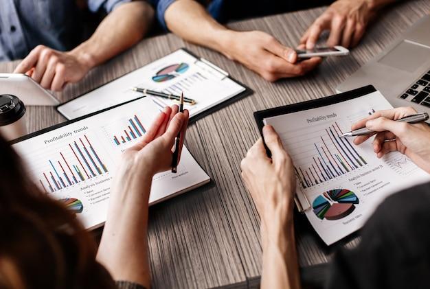 Il team aziendale lavora con documenti finanziari