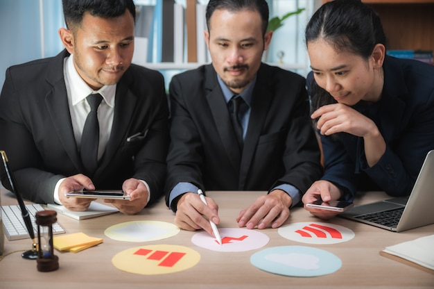 Concetto di lavoro di squadra di affari. brainstorming di strategia di marketing. lavoro di ufficio e digitale in spazi aperti.