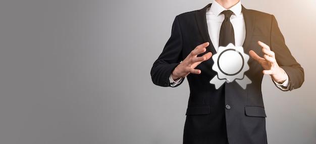 Obiettivo aziendale e tecnologico fissare obiettivi e risultati nella risoluzione del nuovo anno 2021, pianificare e avviare strategie e idee icona grafica concetto di design uomo d'affari copia spazio