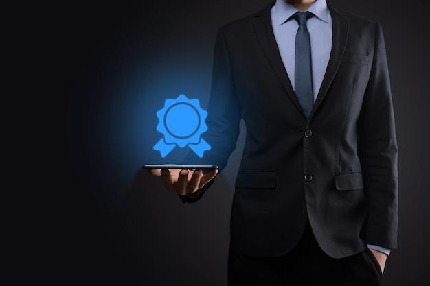 Obiettivo aziendale e tecnologico fissato obiettivi e risultati nella risoluzione del nuovo anno 2021, pianificazione e avvio di strategie e idee icona grafica concetto di design uomo d'affari copia spazio.