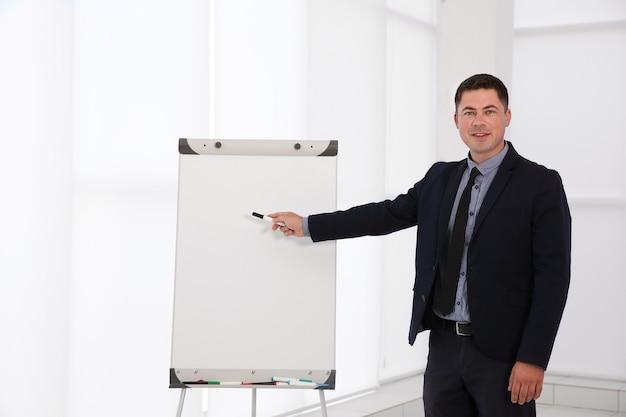 Formatore aziendale che fa una presentazione sulla lavagna