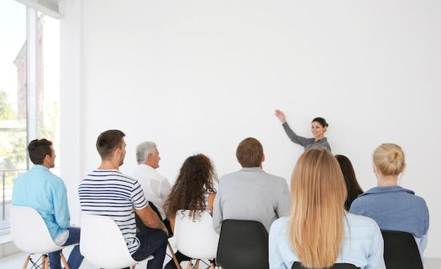 Concetto di formazione aziendale. uomini d'affari che si incontrano nella sala conferenze