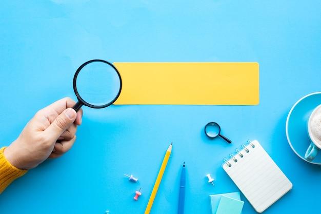 Visione aziendale e concetti di analisi con mano di persona e ingrandimento.