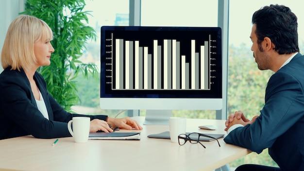 Dati visivi aziendali che analizzano la tecnologia tramite software creativo