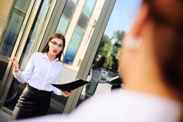 Capo arrabbiato della donna di affari che grida al personale