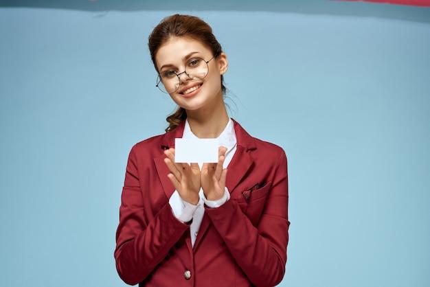 Donna d'affari in un abito da biglietto da visita nelle mani dello spazio della copia