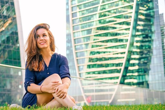 Donna d'affari in un vestito sull'erba