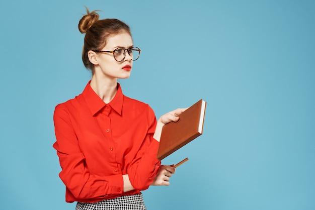 Business donna eleganza camicia rossa vista ritagliata sfondo blu ufficiale