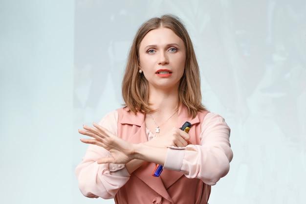 Gesti di donna d'affari conduce formazione
