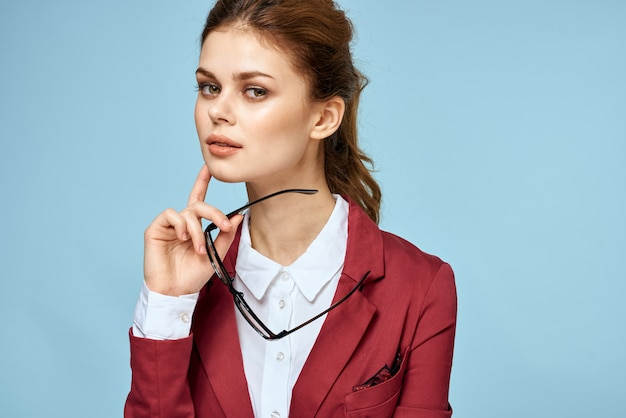 Business donna occhiali giacca rossa stile di vita fiducia sfondo blu. foto di alta qualità