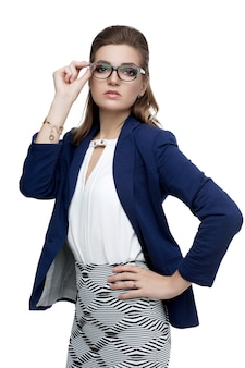 Business woman in bicchieri su uno sfondo bianco. bella donna sexy con un rossetto rosso naturale trucco da sera in occhiali alla moda per la visione. affascinante giovane donna in giacca blu. alla moda.