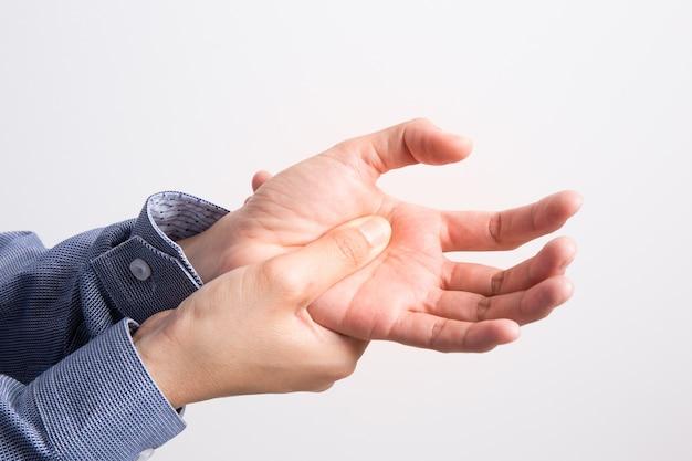 Dolore della mano della donna di affari, concetto di sindrome dell'ufficio