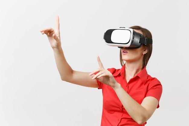 La donna d'affari in cuffia della realtà virtuale sulla testa tocca qualcosa come premere il pulsante o puntare allo schermo virtuale galleggiante isolato su sfondo bianco. futuro dell'istruzione nel concetto di scuola superiore.