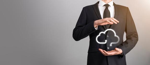 Donna d'affari che tiene in mano le informazioni sui dati di connessione della rete e dell'icona del cloud computing dell'icona. il cloud computing e il concetto di tecnologia.