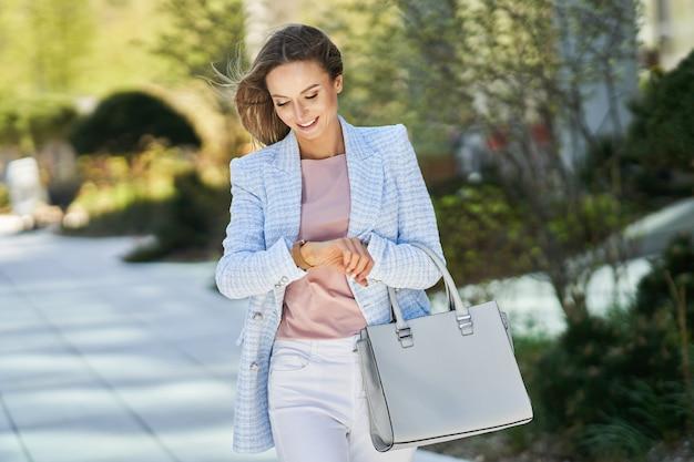 Donna d'affari in fretta che controlla il tempo. foto di alta qualità