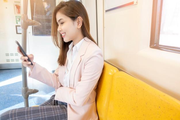 La donna di affari sta lavorando in metropolitana