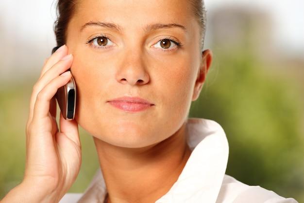 Donna d'affari o solo giovane donna al telefono?
