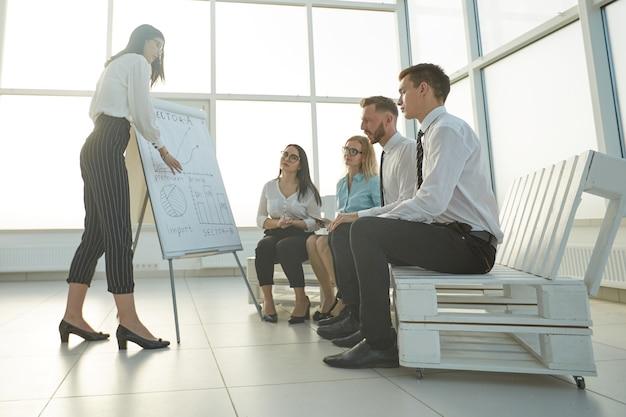 La donna di affari fa una presentazione di un nuovo progetto
