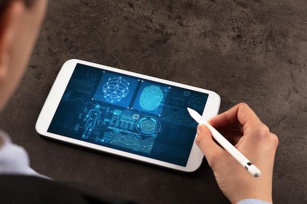 Donna d'affari che fa analisi e controlla le impronte digitali sul tablet