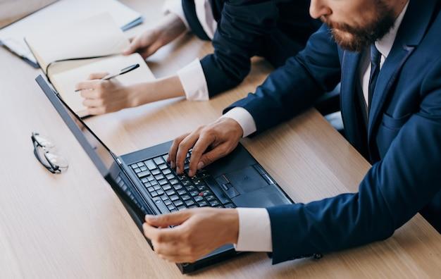 Business donna e uomo laptop lavoro ufficio manager colleghi di lavoro. foto di alta qualità