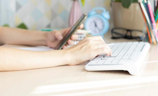 Uffici della donna di affari che lavorano per organizzare i documenti pila incompiuta di carte del documento con la penna Foto Premium