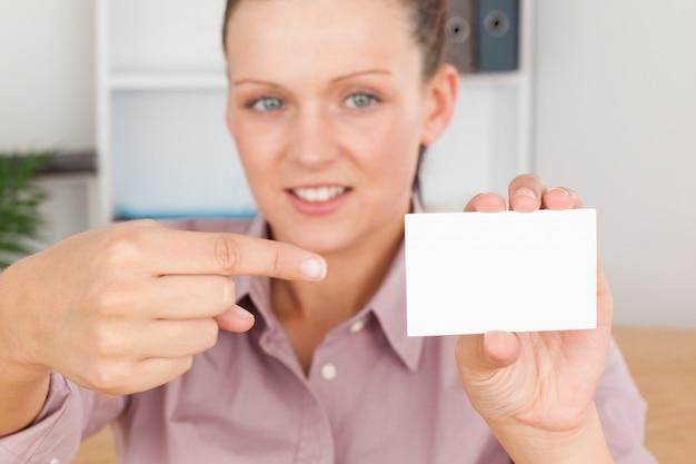 Donna d'affari che punta a una carta