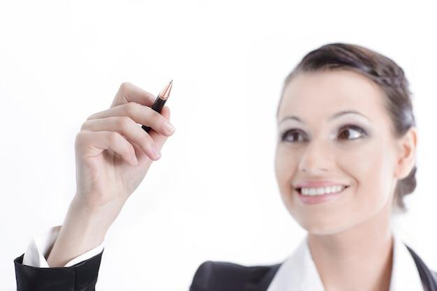 Donna d'affari che indica con la matita nel punto virtuale