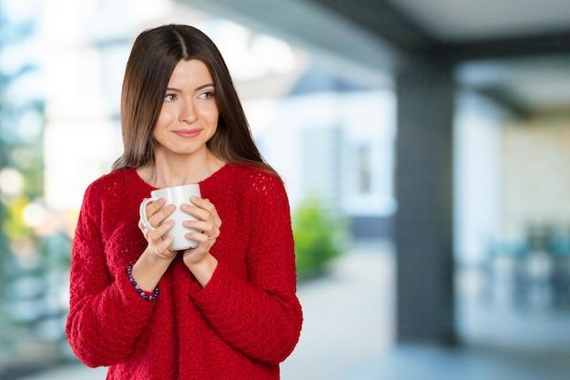 Ritratto di donna d'affari con tazza