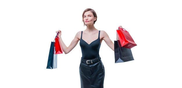 Donna di affari che posa con i pacchetti con i regali