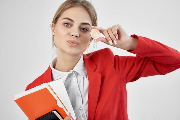 Documenti finanziari della moneta della criptovaluta della giacca rossa della donna d'affari