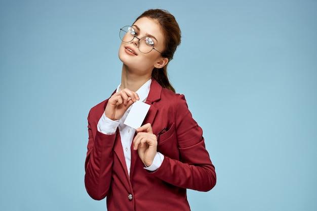 Business donna giacca rossa biglietto da visita ufficiale sfondo blu