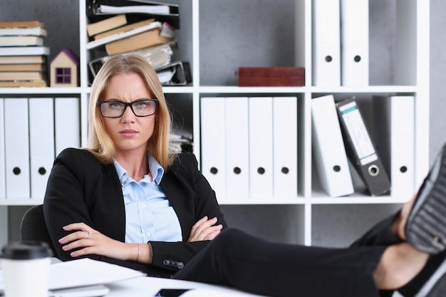 Donna di affari che riposa nell'ufficio dopo un lancio di giornata lavorativa